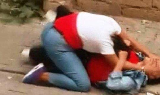 Liseli kızların sokak ortasındaki kavgası kameralara böyle yansıdı