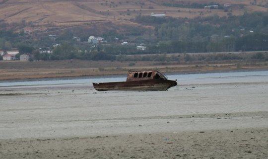 Van Gölü çekilince batık tekneler, tapulu araziler gün yüzüne çıktı