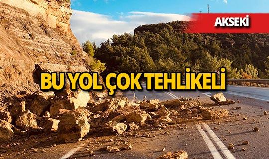Antalya'da karayoluna düşen kayalar tehlike saçıyor