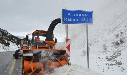 1825 metre rakımlı Alacabel'de karla mücadele çalışmaları sürüyor