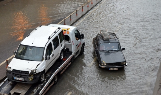 Adana'da yağmur trafiği felç etti