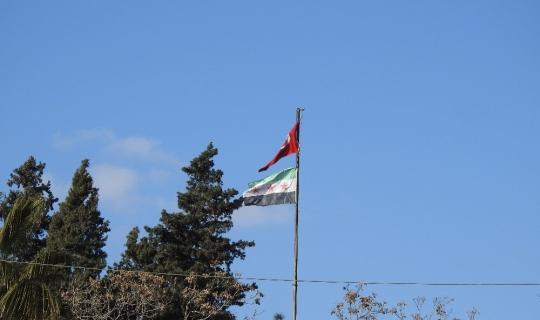 Afrin'de bir yıl önce asılan Türk bayrağı dalgalanmaya devam ediyor