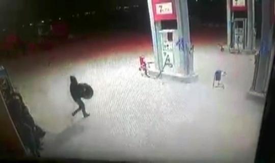 Akaryakıt istasyonunda lastik hırsızlığı