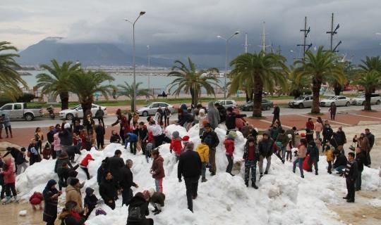 Alanya'da denize sıfır kar keyfi