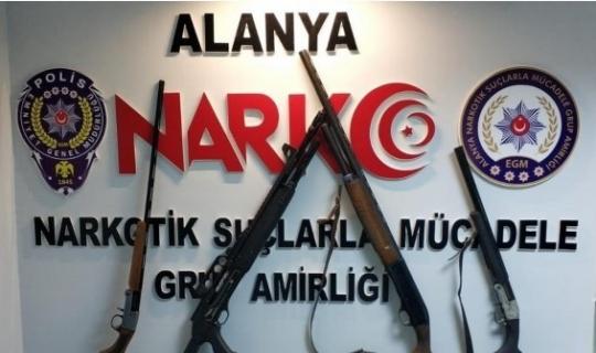 Alanya'da uyuşturucu tacirinin evi silah deposu çıktı