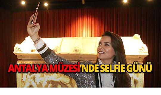 Antalya'da tarihi arkalarına alıp selfie yaptılar!