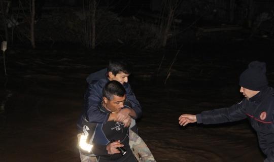 Antalya'da dere taştı, evlerinde mahsur kalanları itfaiye kurtardı