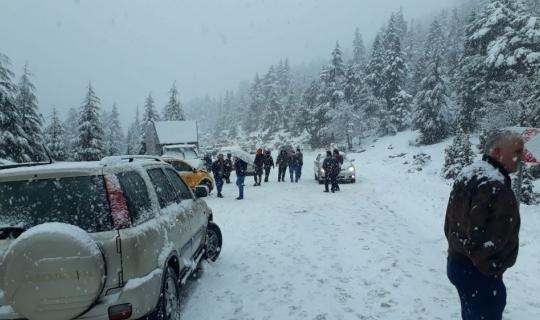 Antalya'da fırtınadan sonra araçlar kardan yollarda kaldı