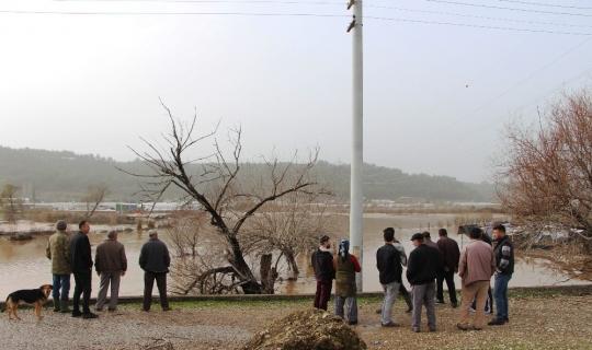 Antalya'da şiddetli yağmur tarım alanlarını sular altında bıraktı