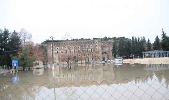 Antalya'da yağmur seralara ve ekili alanlara zarar verdi