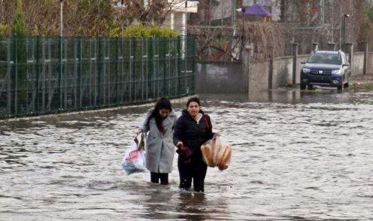 Aşırı yağış 20'ye yakın evde su baskınına neden oldu