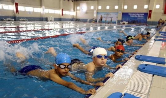 Bağcılar Belediyesi başarılı öğrencilere ücretsiz havuz hizmeti verecek