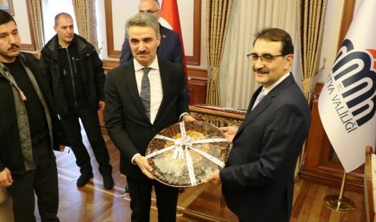 Bakan Dönmez, elektrik ve doğalgaz sektörlerinin temsilcileriyle toplantı gerçekleştirdi