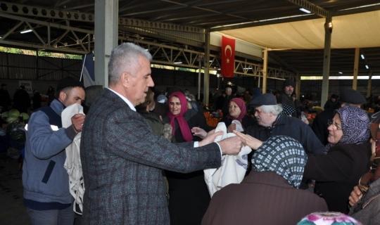 Başkan Karataş vatandaşlara bez  torba dağıttı
