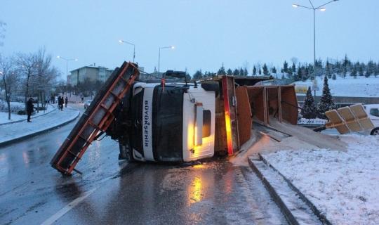 Başkent'te buzlu yolda tuzlama aracı devrildi