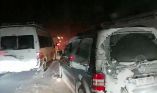 Büyükşehir Çat'ta yolda mahsur kalan vatandaşları kurtardı