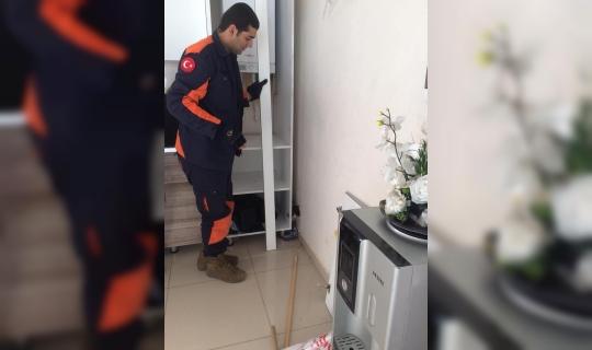 Dolap, arasına sıkışan kedi kurtarıldı