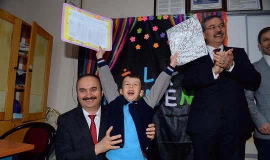 Edirne Valisi Canalp öğrencilere karnelerini verdi