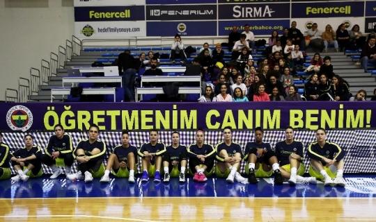 Fenerbahçe hayatını kaybeden Ceren Damar Şenel için pankart açtı