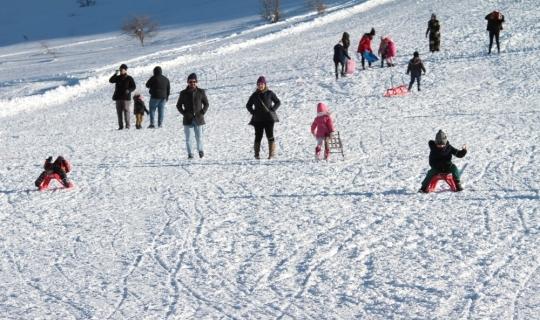 Göl manzaralı kayak merkezine yoğun ilgi