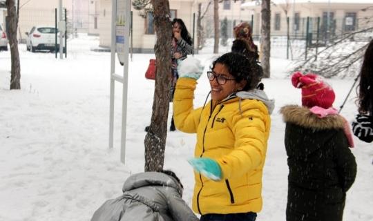 İlk defa karla oynayan çocuklar büyük heyecan yaşadı