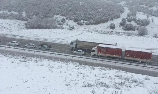 İzmir-Ankara yolu kar nedeniyle trafiğe kapandı