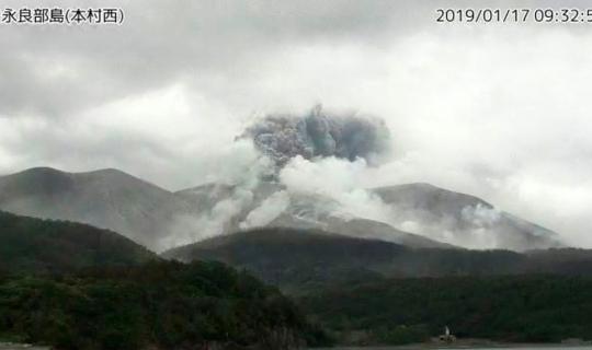 Japon adasındaki volkan yeniden harekete geçti