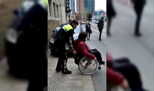 Kaldırımdaki araca takılan engelli bireye polis şefkati