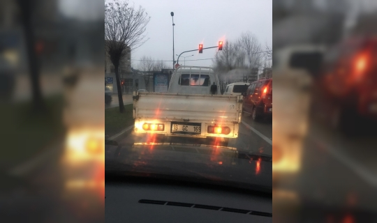 Kamyonet trafikte böyle drift yaptı