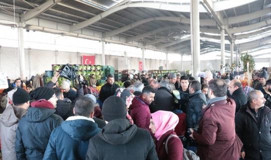 Kırşehir Belediyesi, pazar yerinde bez çanta dağıttı