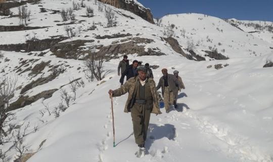 Köy yolu kardan kapalı olunca hasta plastik bidon ve sedye ile ambulansa taşındı