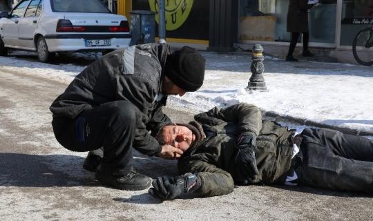 Kurye, motosikletiyle buzlu yolda kaza yaptı