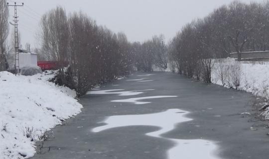 Muş'ta dereler dondu, ağaçlar buz kesti