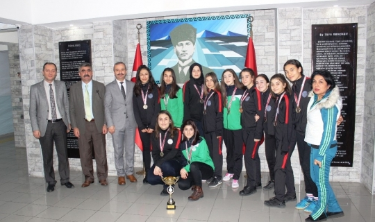 Oktay Olcay Yurtbay Lisesi kız voleybol takımı il birincisi oldu
