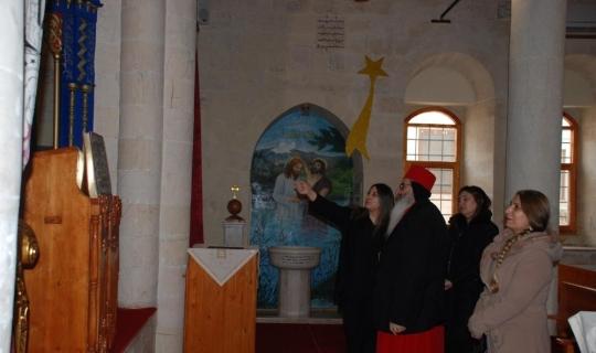 Protokol üyelerinin eşleri kilisede