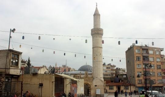 Roketli saldırının hedefi olan cami ibadete açıldı