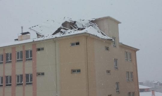 Şiddetli rüzgar okulun çatısını da yerinden söktü