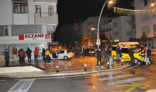 Ticari taksiye çarpan otomobil eczaneye girdi: 2 yaralı