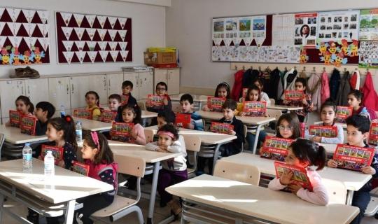 """Tunceli'de karne alan öğrencilere """"Sıfır Atık, Sıfır Kayıp"""" Kitapçığı"""
