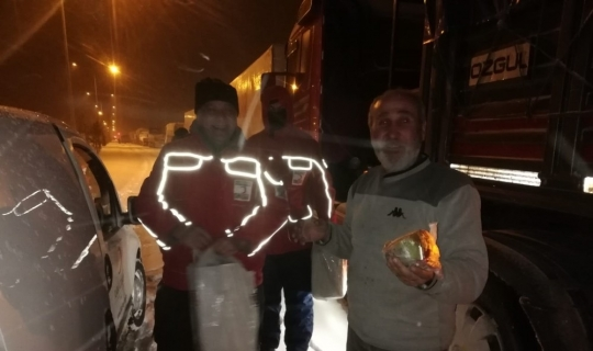 Türk Kızılayı yolda kalan tır şoförlerine kumanya dağıttı