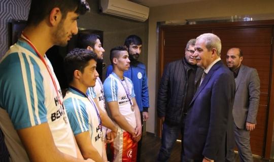 Türkiye şampiyonları madalyalarını Demirkol'a hediye etti
