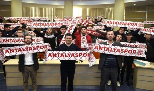 Tütüncü'den gençlere Antalyaspor kaşkolü