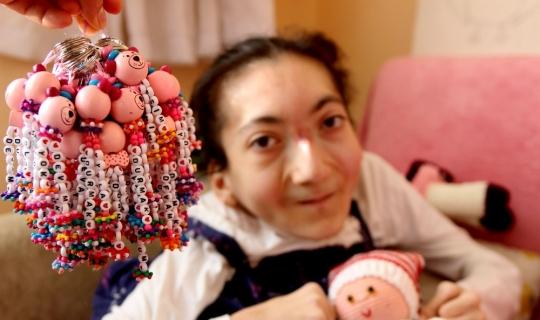 Yüzde 95 bedensel engelli Esin sergi açmaya hazırlanıyor