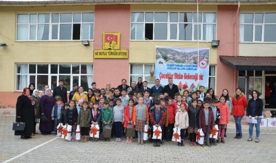 Akseki'de öğrencilere ayakkabı yardımı
