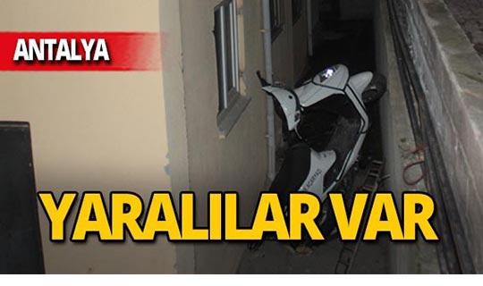 Motosikletle istinat duvarından düştü: Yaralılar var!