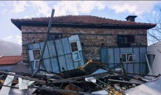 Şiddetli rüzgar evin çatısını uçurdu: 1 çocuk yaralı