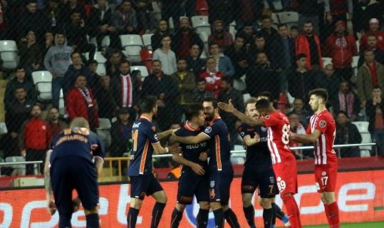 Spor Toto Süper Lig: Antalyaspor: 0 - Medipol Başakşehir: 1 (İlk yarı)