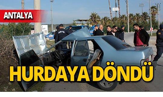 Antalya'da otomobil direğe çarptı: Yaralılar var!