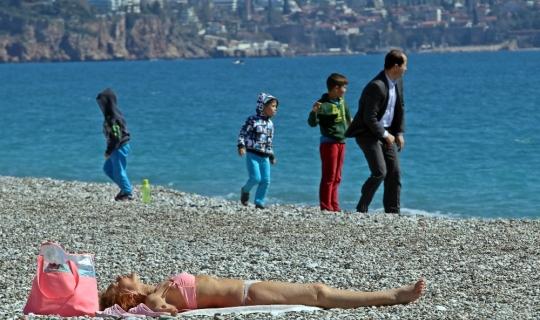 Antalya'da hafta sonu güneşi gören sahile koştu