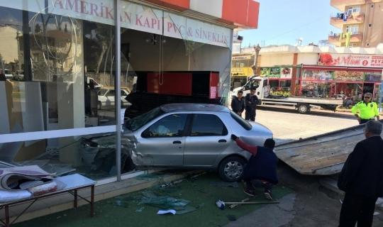 Antalya'da otomobil iş yerine daldı: 1 yaralı